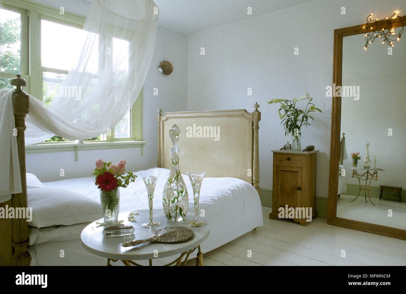 chambre à coucher romantique avec du couvert sur un lit double