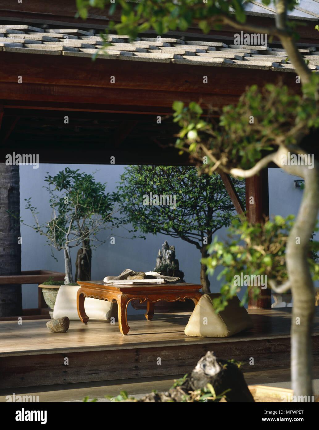 Arbre En Pot Terrasse table de style oriental et d'arbres en pots sur terrasse