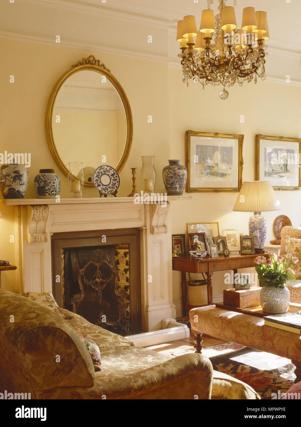 salon avec cheminée au-dessus du miroir ovale à côté d'artwork et d