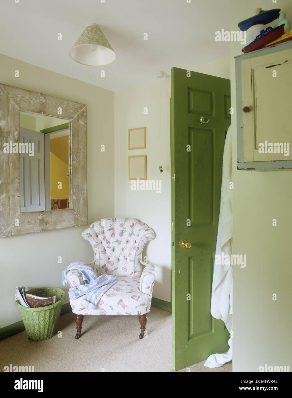 fauteuil en coin chambre par porte ouverte banque d'images, photo