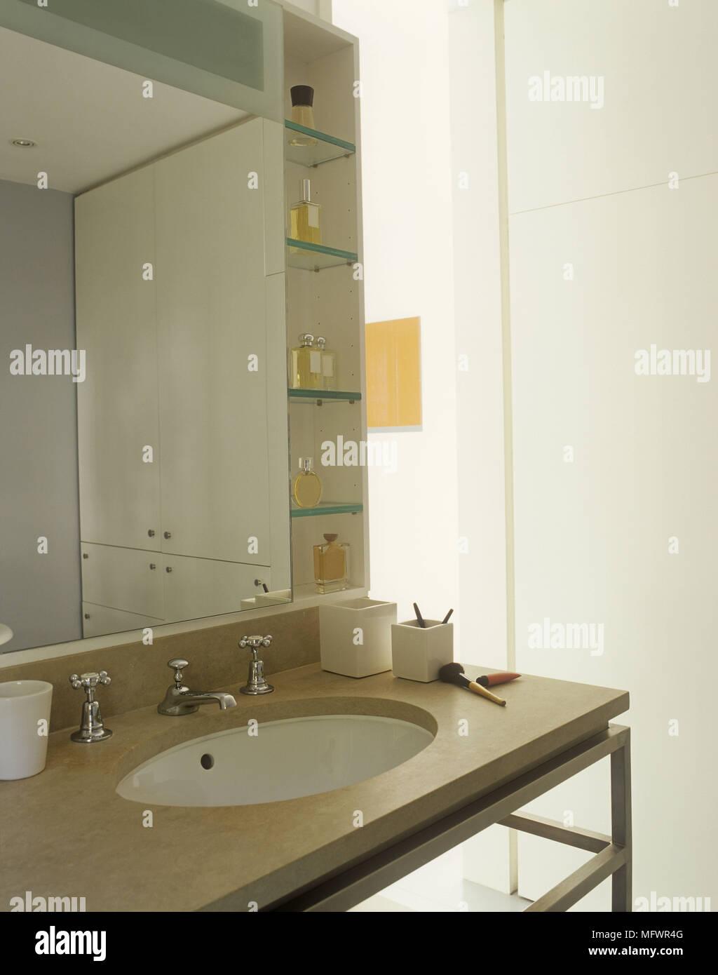 Salle De Bains Moderne Avec Un Grand Miroir Au Dessus Du Lavabo Ovale Situé  En Surface En Marbre