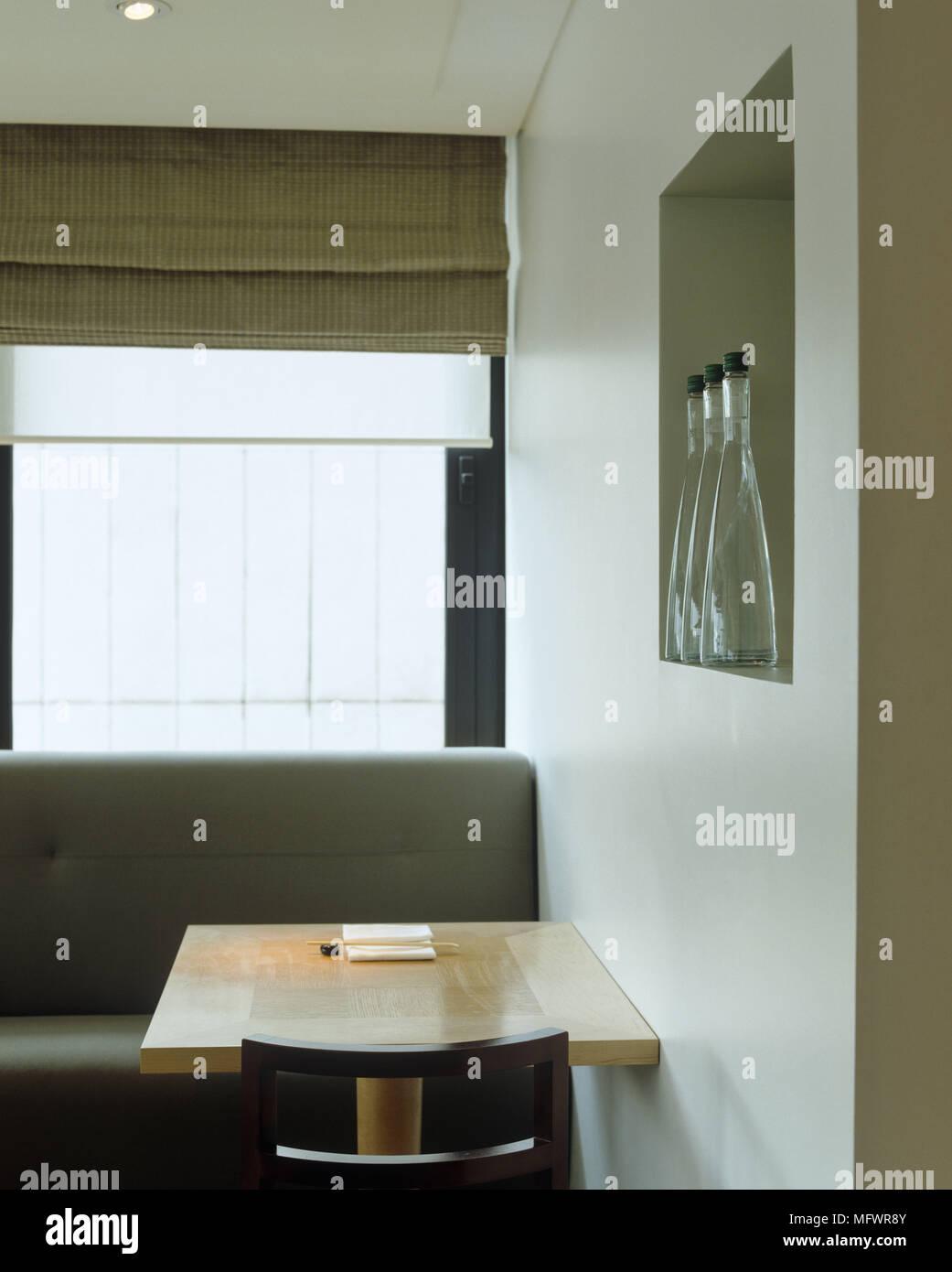 Table En Bois Et De Banquettes Sous Fenêtre Avec Store Romain Banque