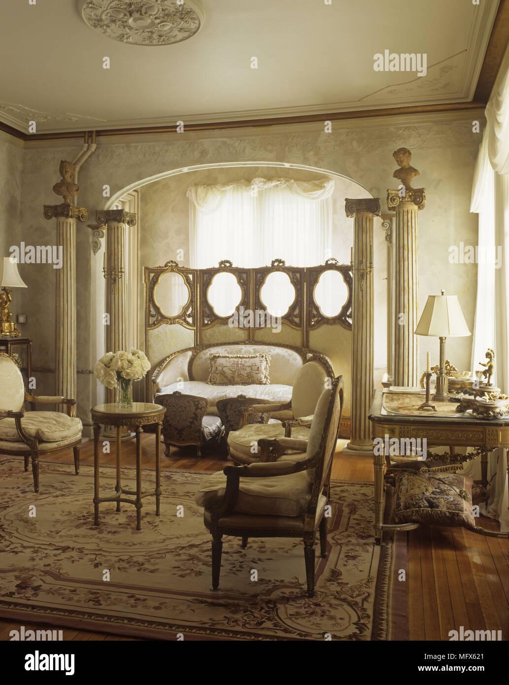 Un salon traditionnel avec un thème de style classique ...