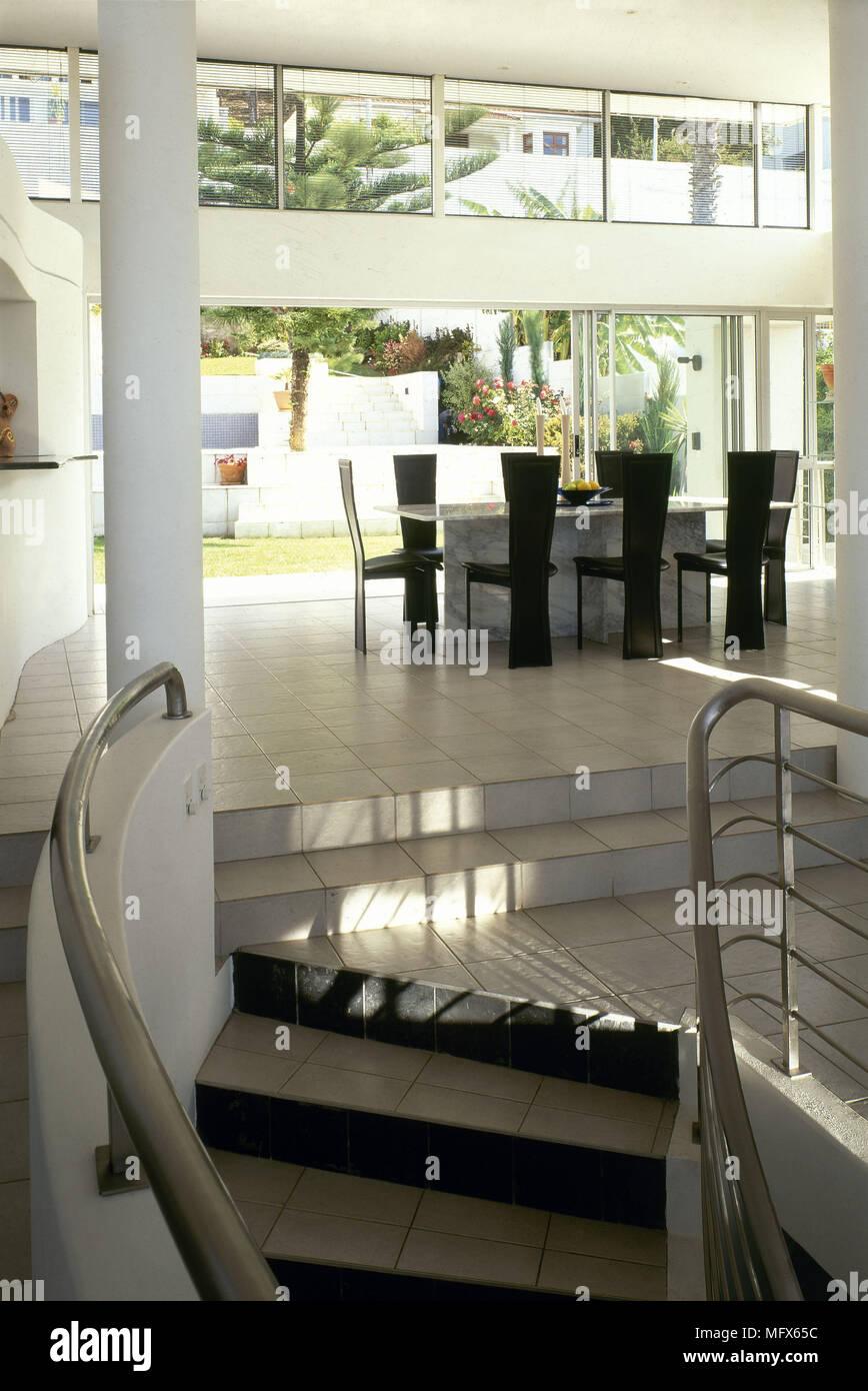 Plan ouvert moderne carrelage salle manger minimaliste en acier escaliers aux rampes - Salon ouvert ...
