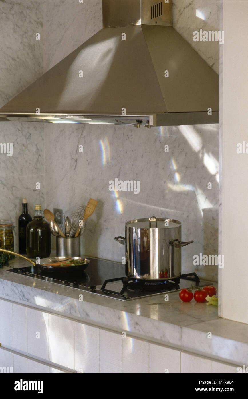 Plan De Cuisine En Marbre pot de cuisson sur plaque à gaz situé dans le plan de