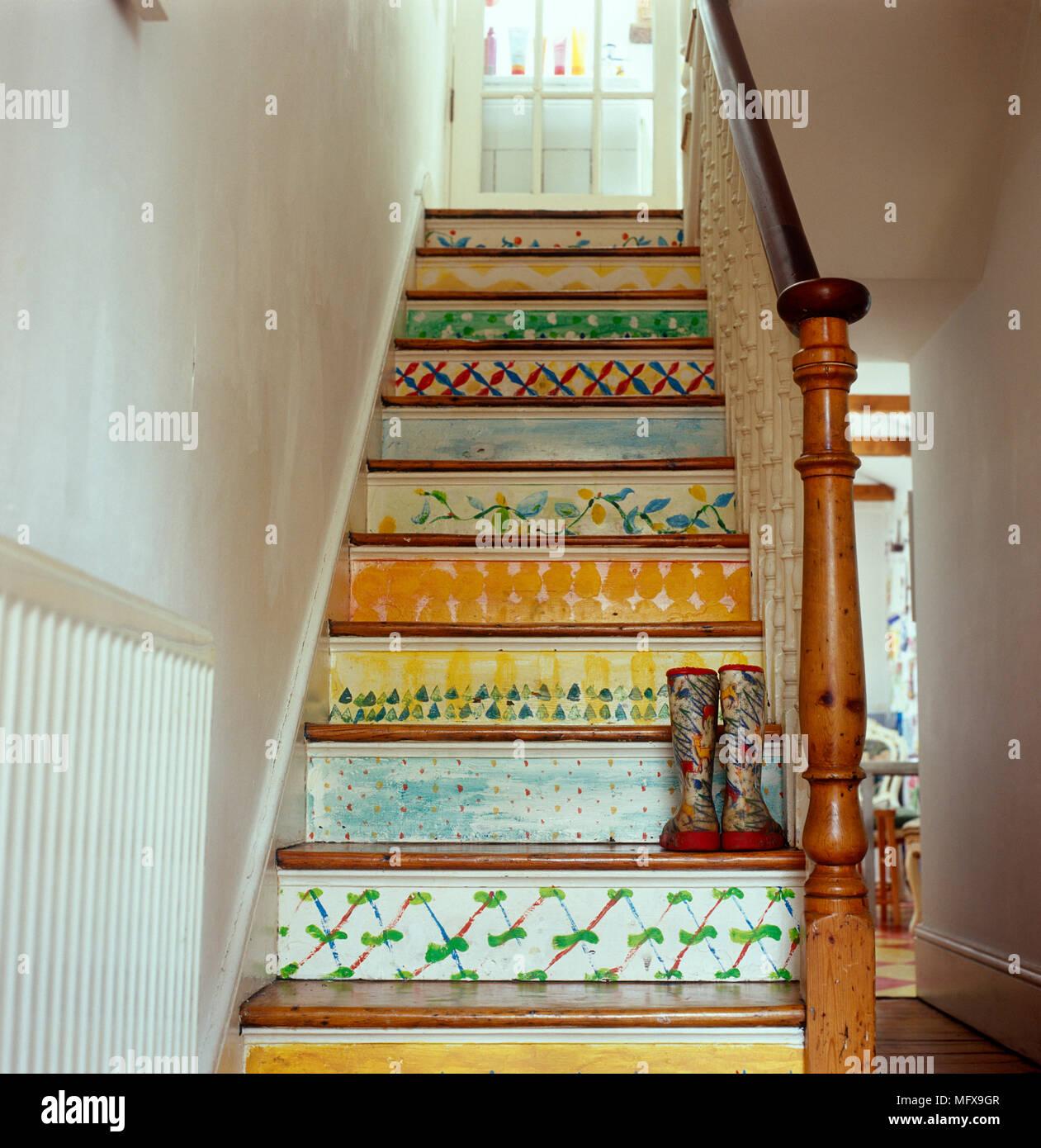Escalier Avec Contremarches Peints De Couleurs Vives Banque