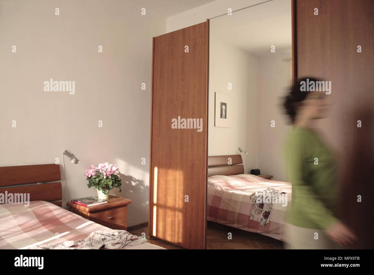 A Chambre avec armoire et miroir pleine longueur Banque D ...