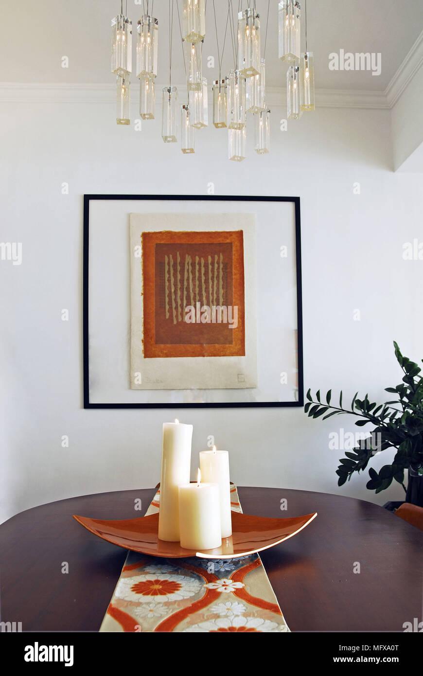Lustre au-dessus de table en bois dans la salle à manger ...
