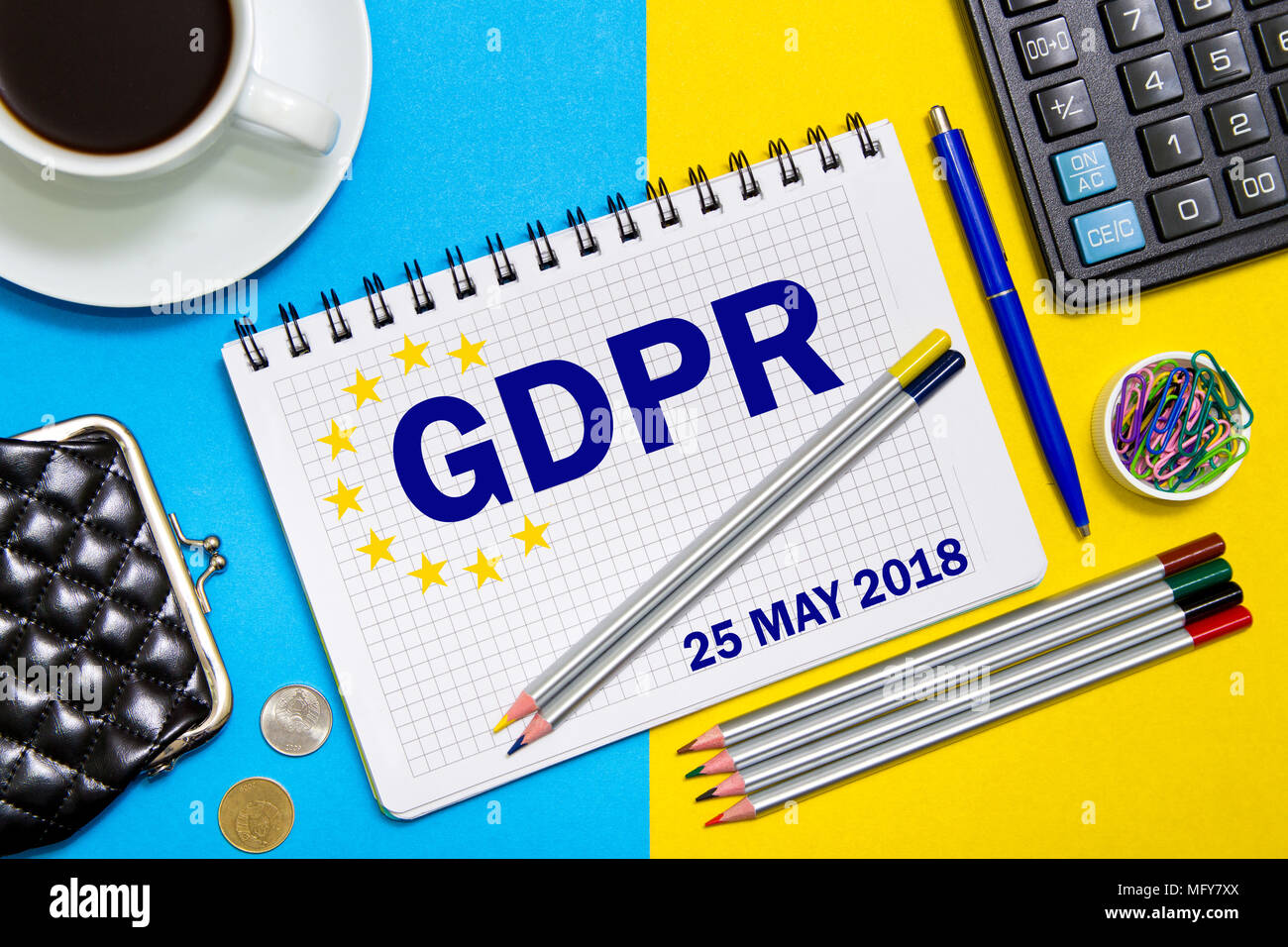 Ordinateur portable avec note Règlement général sur la protection des données, le PIBR avec le bureau outils . Pibr Concept 25 mai 2018. Photo Stock