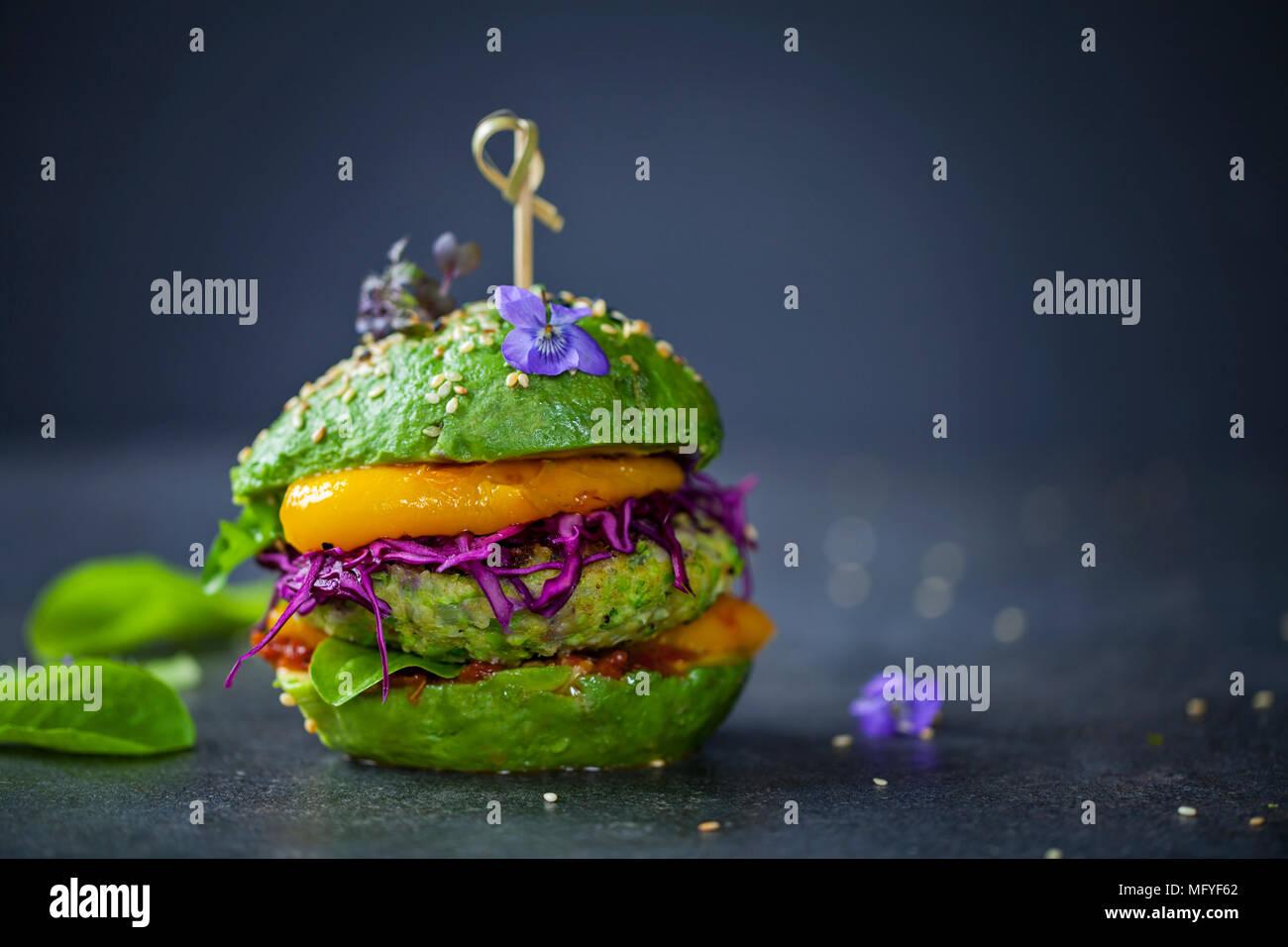 Sandwich à l'avocat avec green burger végétalien, rôtir le poivron et le chou rouge mariné Photo Stock