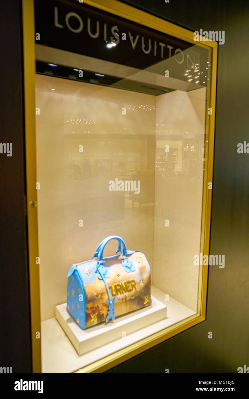 b5441c8365 MILAN, ITALIE - circa 2017, novembre : sac Louis Vuitton sur l'affichage