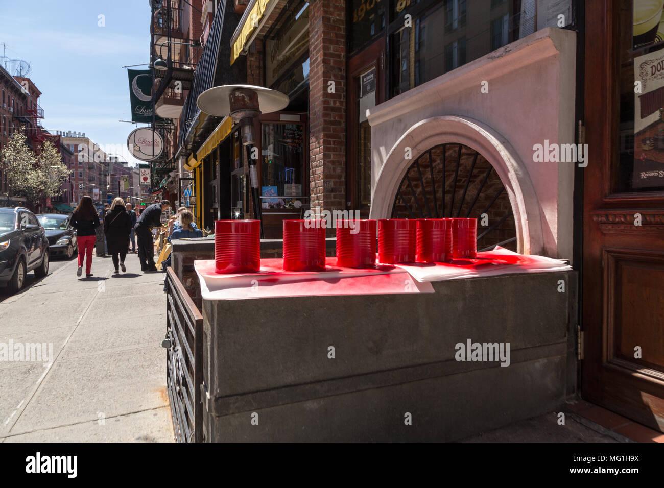 Peints en rouge sur les boîtes de trottoir Banque D'Images