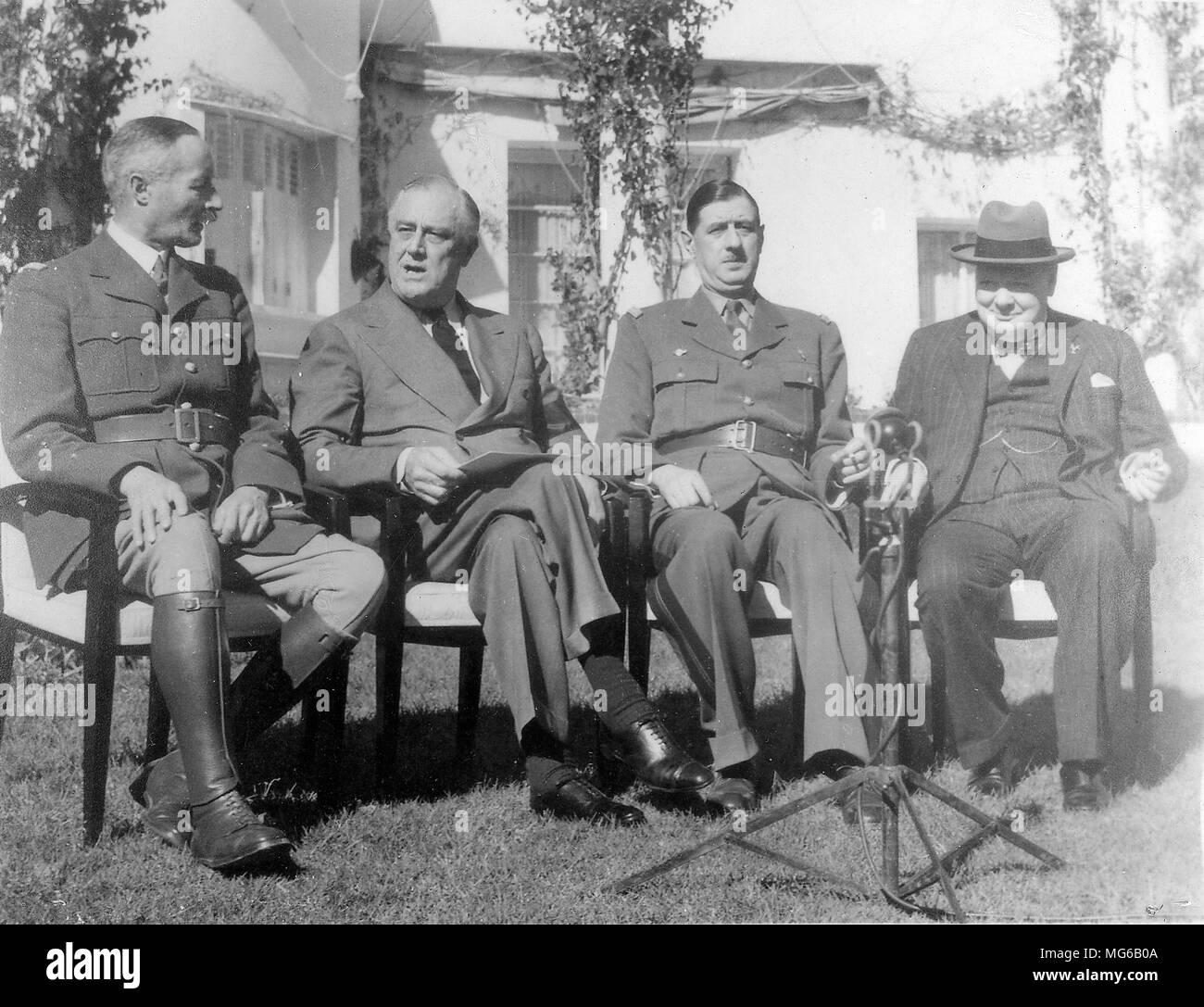 Les dirigeants français Henri Giraud (à gauche) et Charles de Gaulle s'asseoir après avoir serré la main en présence de Franklin D. Roosevelt et Winston Churchill (Conférence de Casablanca, 14 janvier 1943) Photo Stock