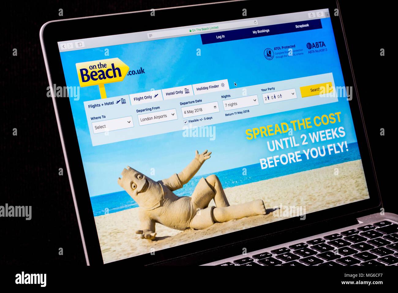 Sur la plage voyages site sur un ordinateur portable Photo Stock