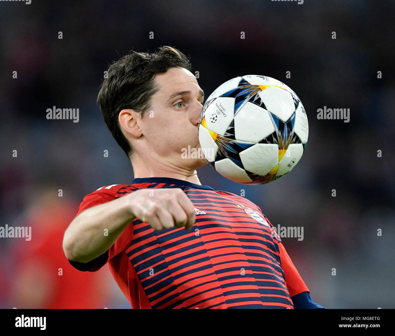 Sebastian Rudy, FC Bayern Munich, curieux sur la balle, Allianz Arena, Munich, Bavière, Allemagne Photo Stock