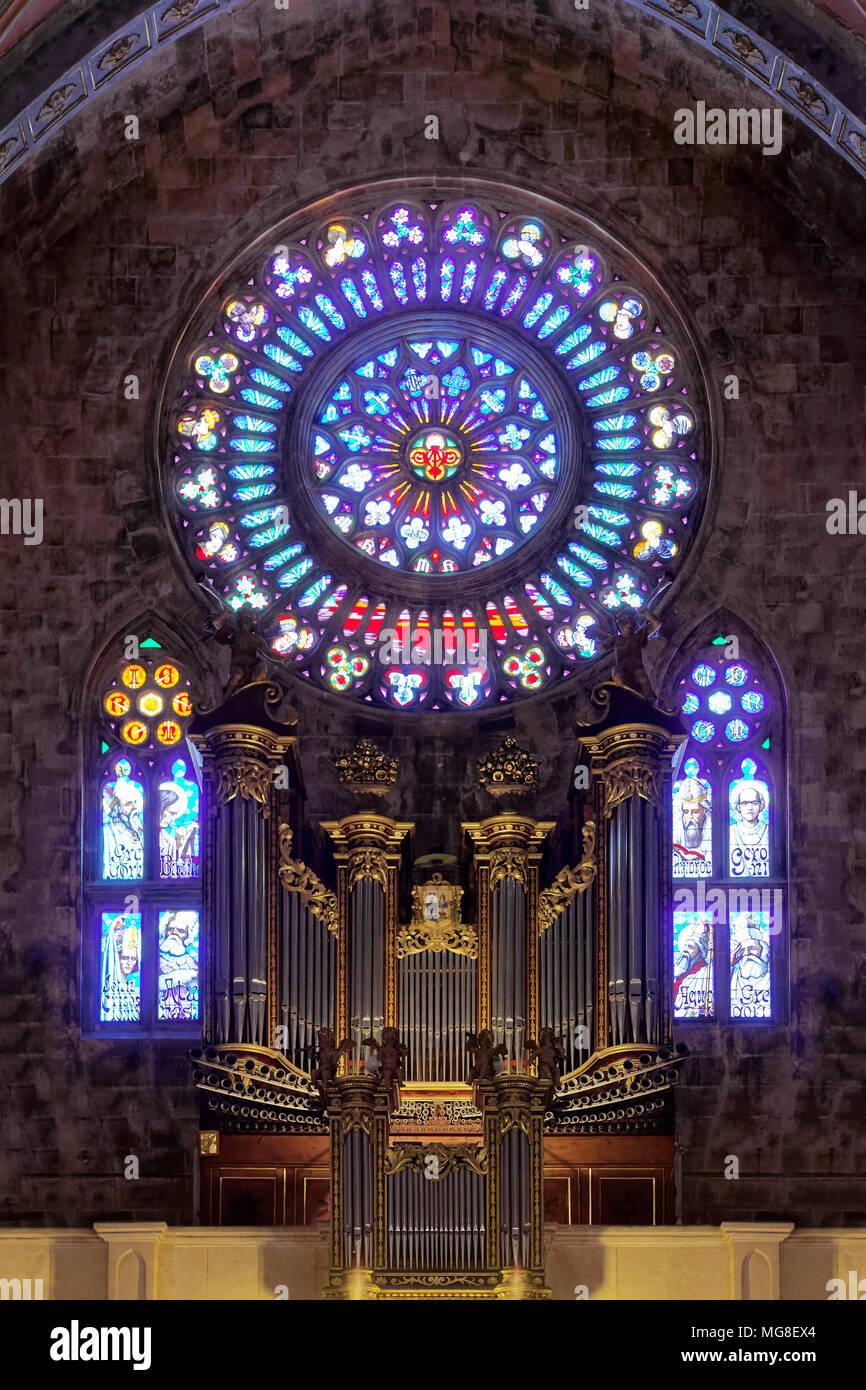Galerie d'organes avec rosace, rosette, intérieur, de l'église de Saint-barthélemy, église paroissiale catholique romaine Photo Stock