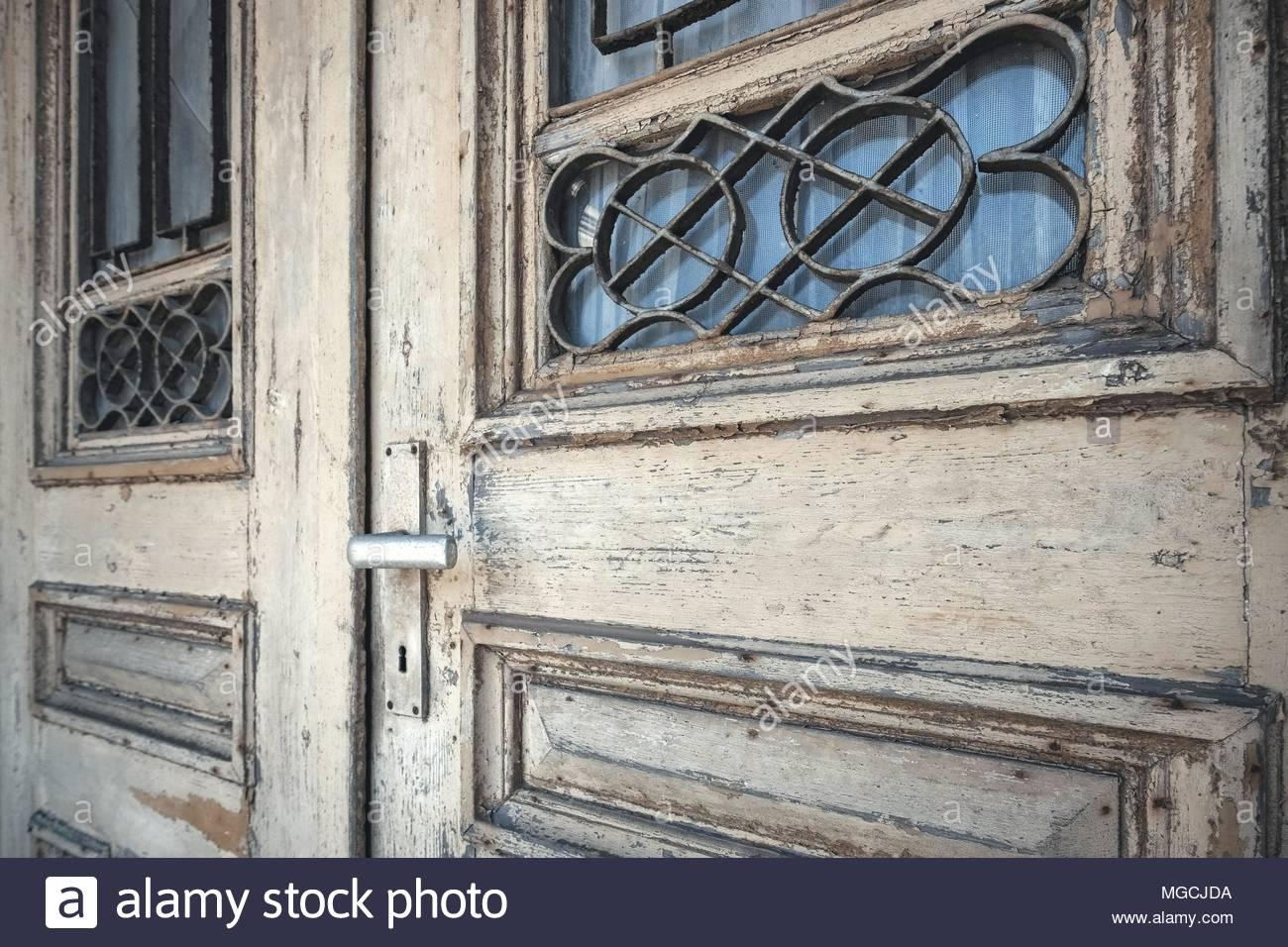 Alte, marode Haustür aus Holz Photo Stock