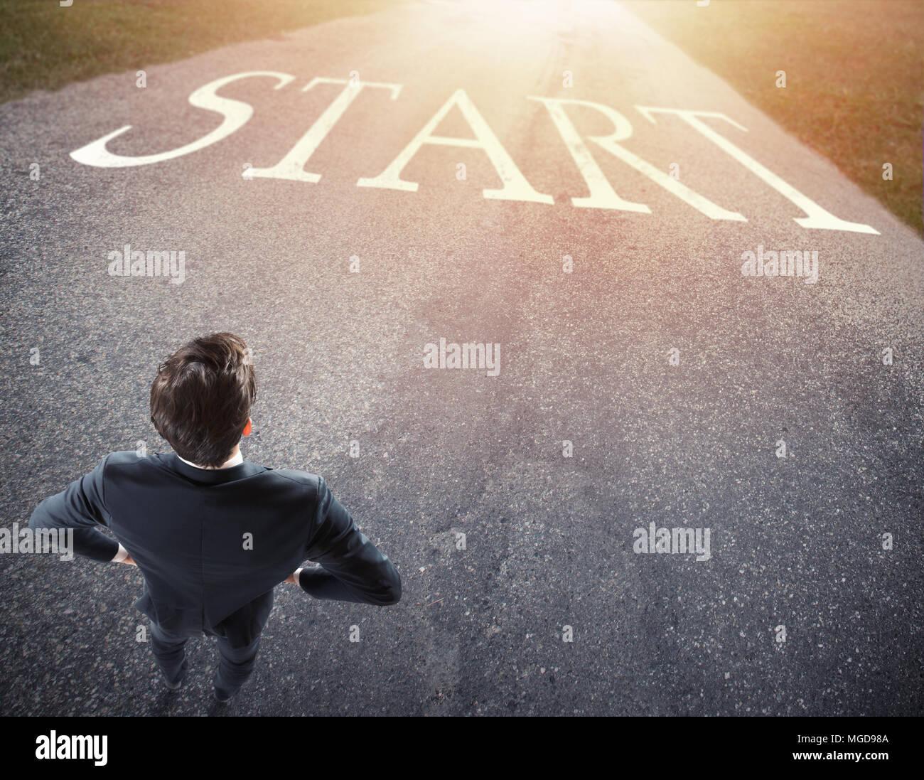 Businessman prêts à suivre un nouveau chemin. concept de commencer une nouvelle carrière. Photo Stock