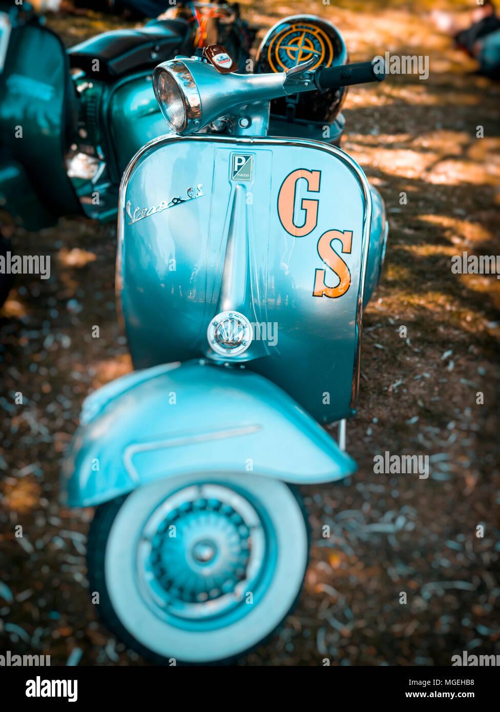 Scooter Vespa GS d'un insigne, d'abord fabriqués en 1946, Florence, Italie. Banque D'Images