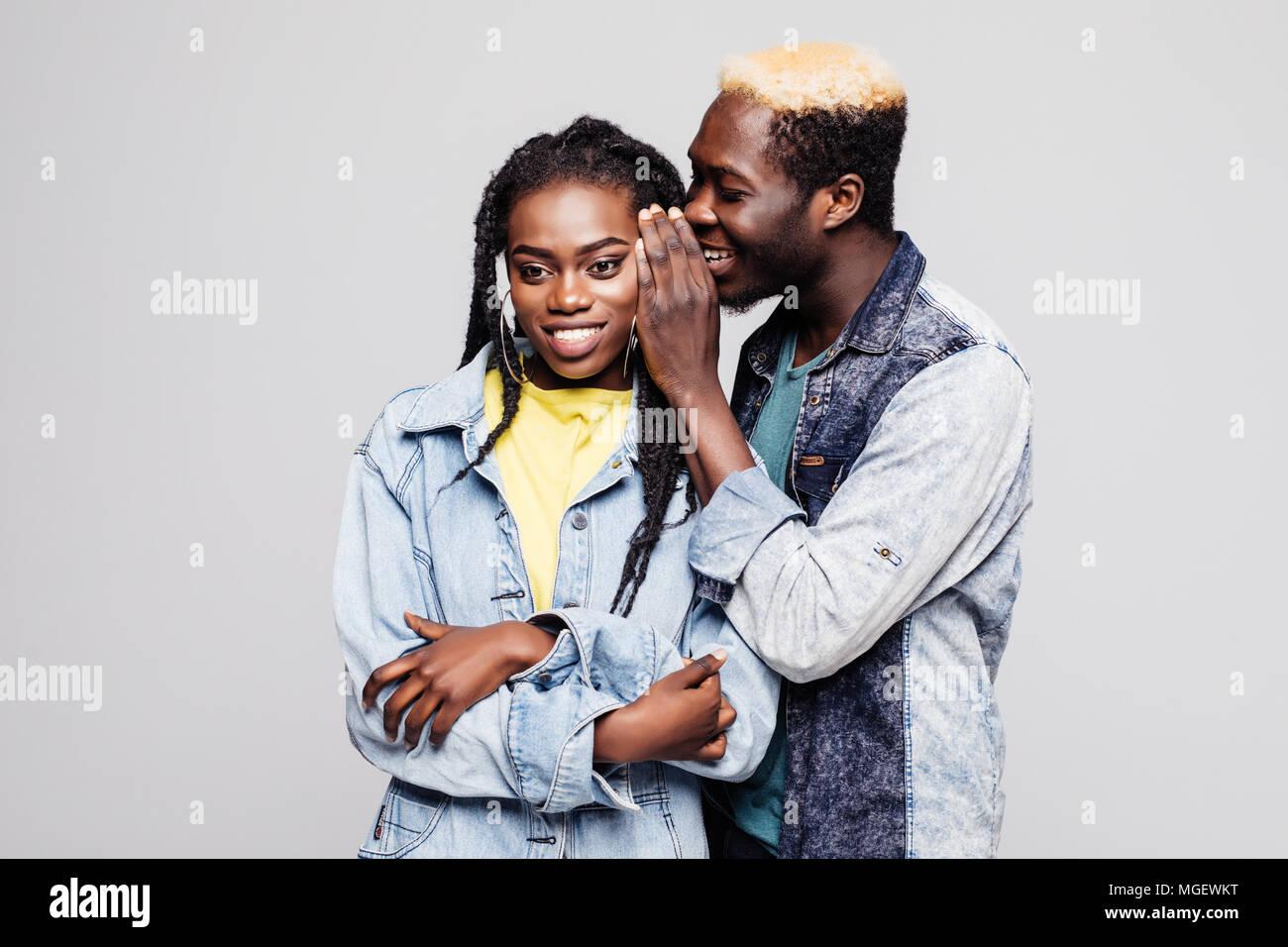 Portrait d'un jeune afro-américain surpris disant isolé couple secrets Photo Stock