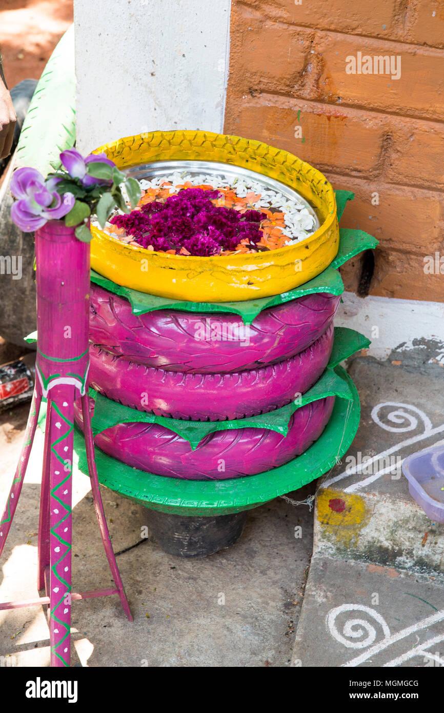 Pot De Fleur Avec Des Pneus rare pot de fleur lit dans le jardin. un lit de fleur de