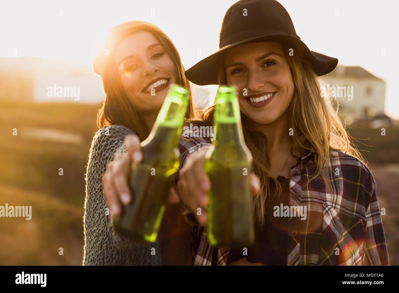 Deux meilleurs amis faire un toast à l'amitié Photo Stock