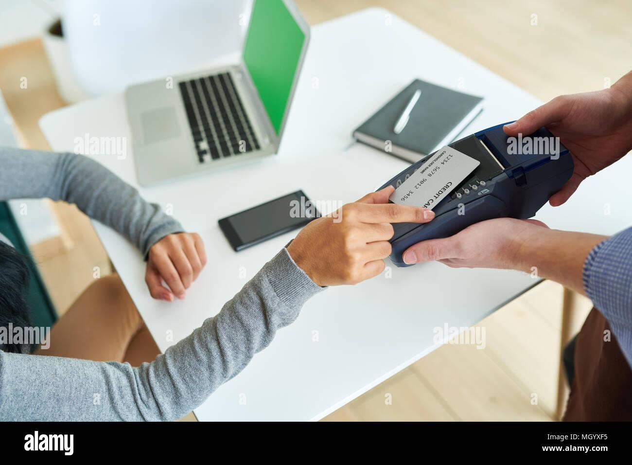 Femme de payer par carte NFC in Cafe Photo Stock
