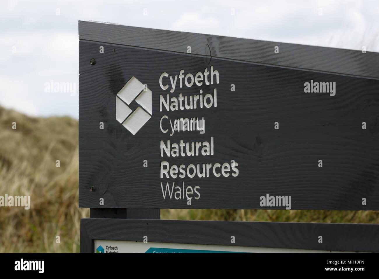 Les ressources naturelles du pays de Galles signe sur Harlech Beach. Un responsable de l'agence galloise pour l'environnement et des ressources naturelles du pays de Galles Photo Stock
