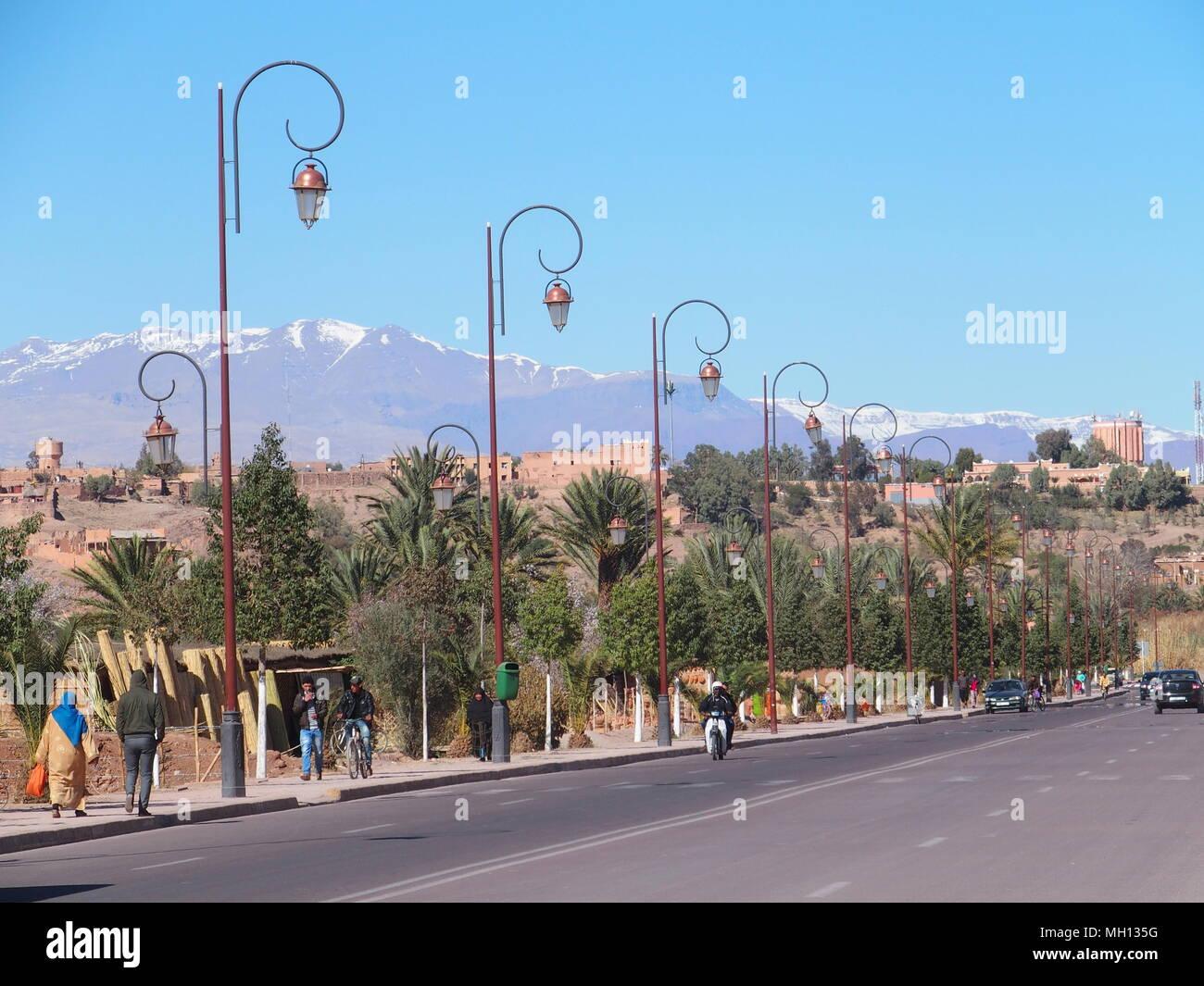 route de l afrique de l alley a ouarzazate ville avec rangee de lampes dans le centre du maroc et l atlas paysage plage mh135g