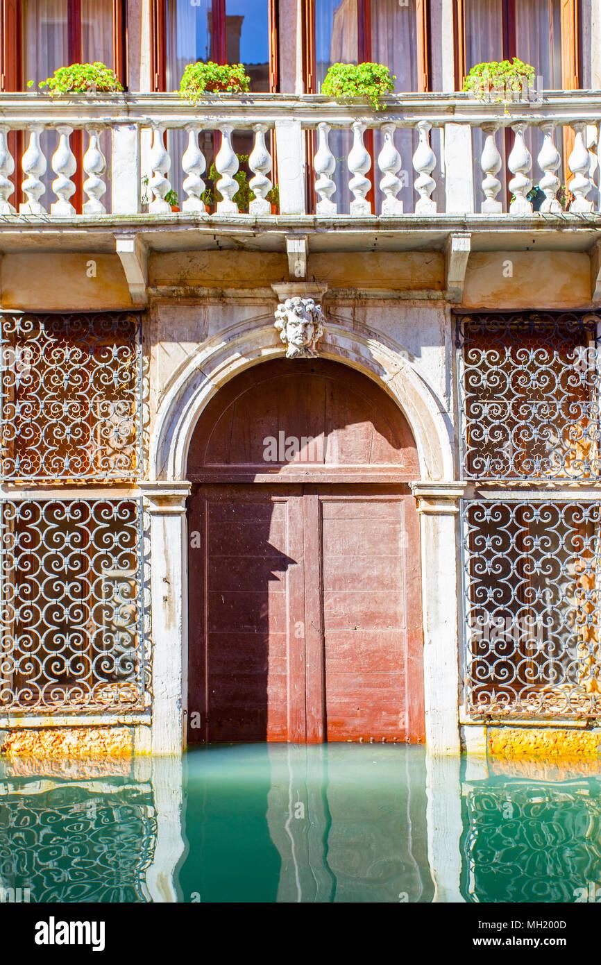 Entrée de l'ancien bâtiment inondé à Venise, Italie Photo Stock