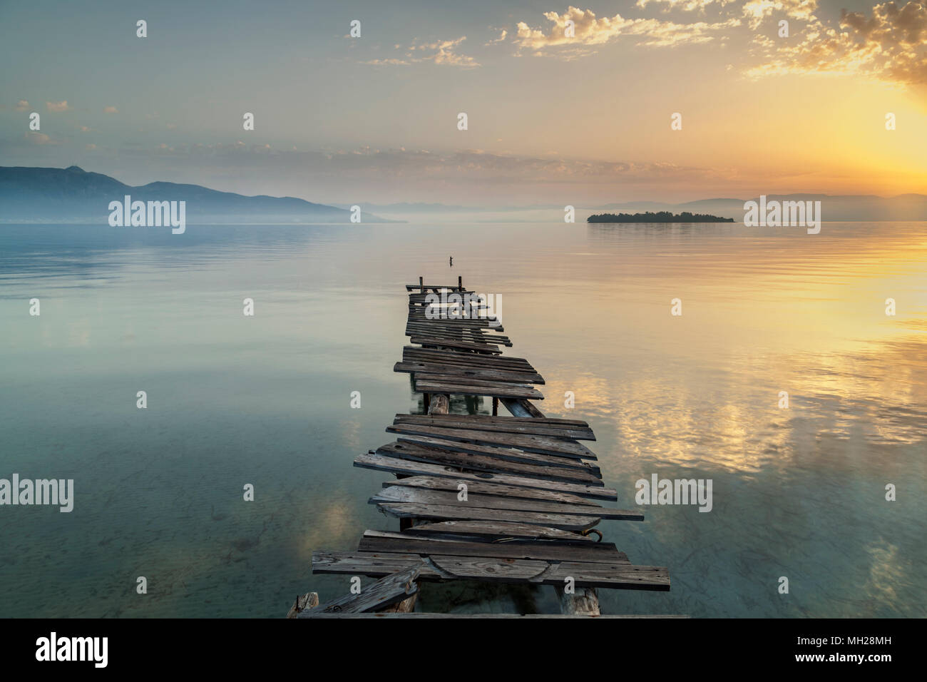 Une petite jetée à l'abandon à Corfou, Grèce. Tôt le matin. Photo Stock