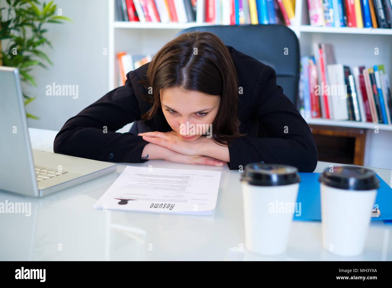 Jeune femme écrit son cv cv pour job interview Photo Stock