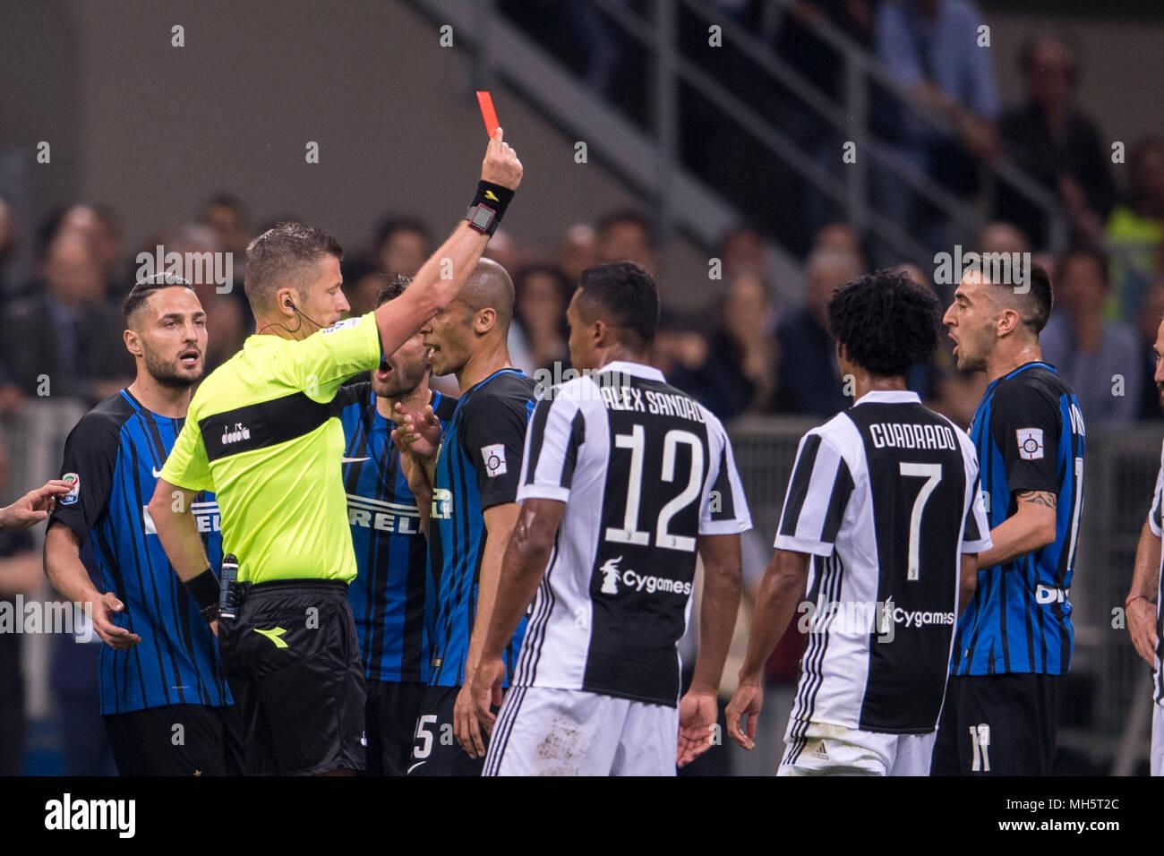 Juventus Carte Italie.Daniele Orsato Arbitre Voir La Carte Rouge A Matias Vecino