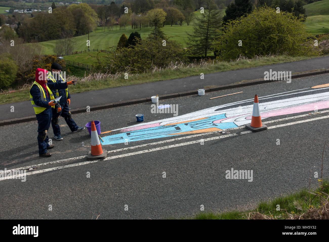 UK Sport: Ilkley Moor, West Yorkshire, Royaume-Uni. 30 avril 2018. La planification de la prochaine partie d'artistes de la peinture la Tour de Yorkshire's premier sommet terminer sur la Vache et son veau road prêt pour la course de vendredi. Il s'étend sur les deux côtés de la route. Qu'est-ce que cela va être? Land art (anamorphique) Rebecca Cole/Alamy Live News Photo Stock