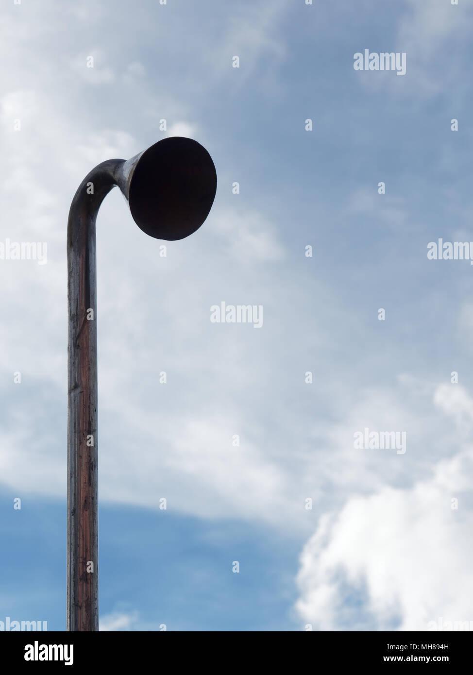 Tuyau d'aspiration ou d'induction avec la tête pour la vérification de l'air et la pollution sonore sur fond de ciel bleu lumineux nuage de succion dans le tube avec des concepts d'affaires, l'environnement, d'aspiration, de l'industrie et la pollution Banque D'Images
