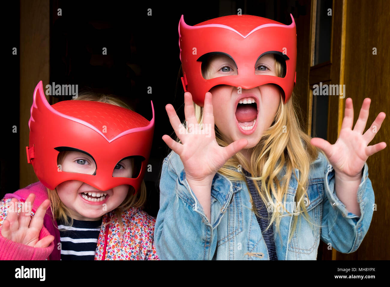 Les enfants s'amusant portant des masques. Photo Stock