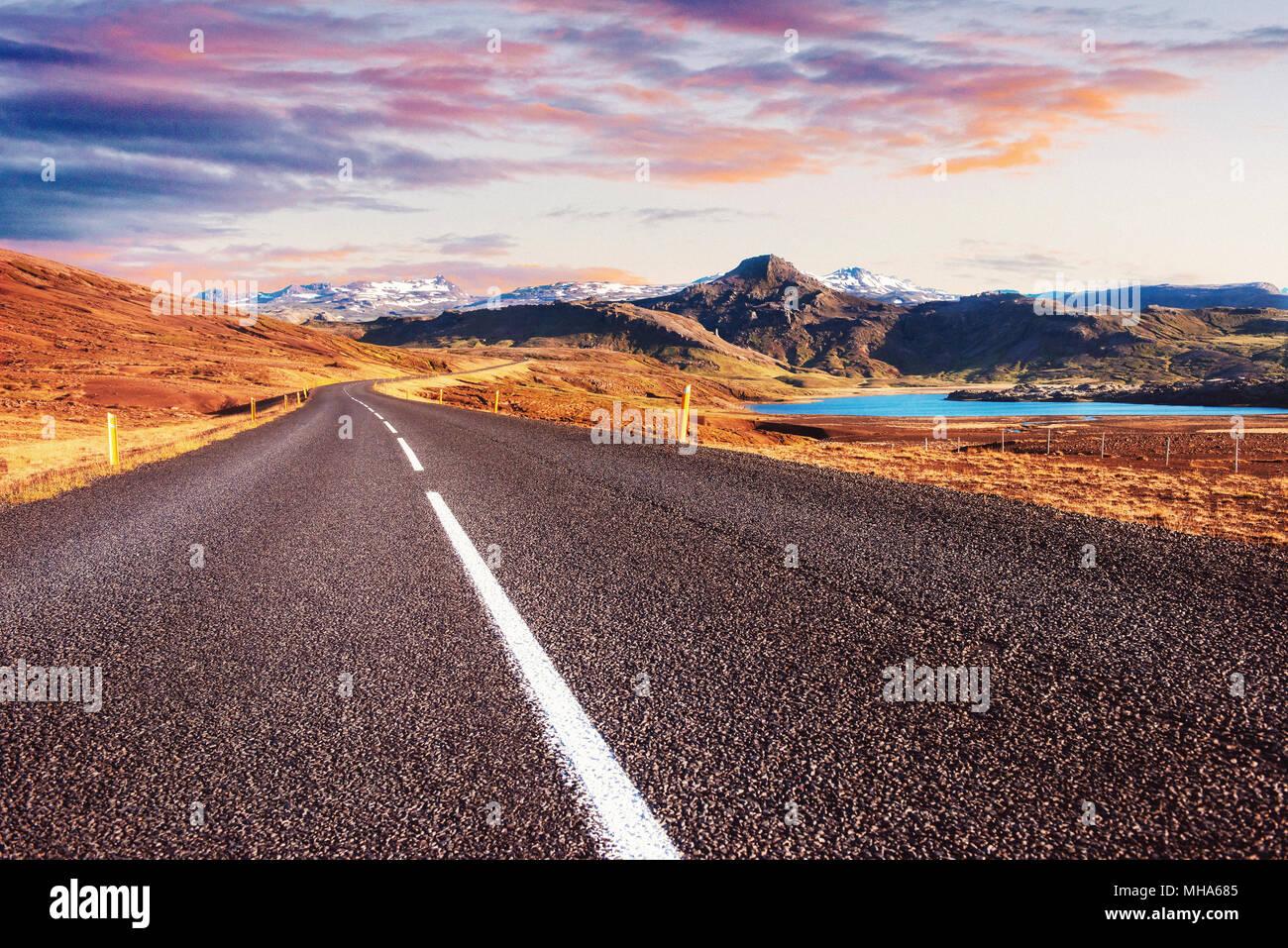 Belles montagnes avec ciel dramatique le long de la rocade, la route 1 en Islande Photo Stock