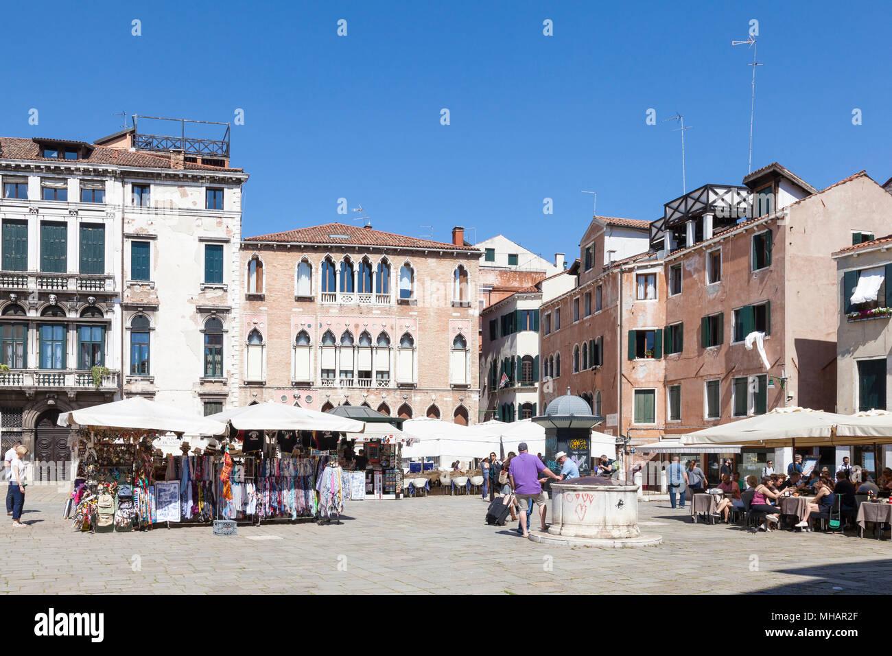 Campo Sant'Anzolo, San Marco, Venise, Vénétie, Italie avec le Palazzo Gritti Morosini (rose) et le Palais Trevisan Pisani (à sa gauche) Banque D'Images