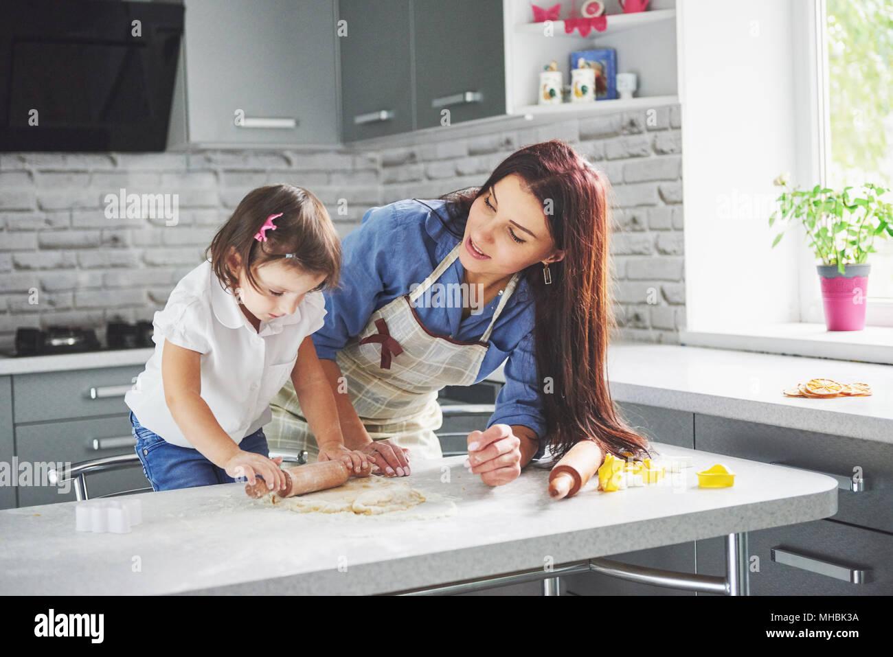 famille heureuse dans la cuisine maison de vacances concept alimentaire m re et fille la. Black Bedroom Furniture Sets. Home Design Ideas