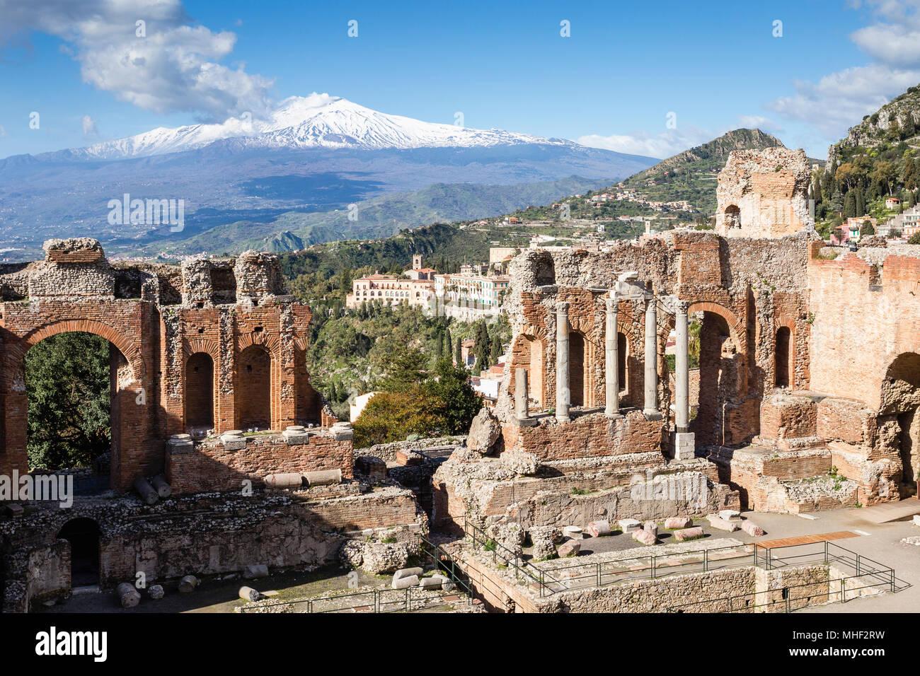 Ancien théâtre gréco-romain de Taormina, avec la ville et l'Etna, en Sicile. Photo Stock