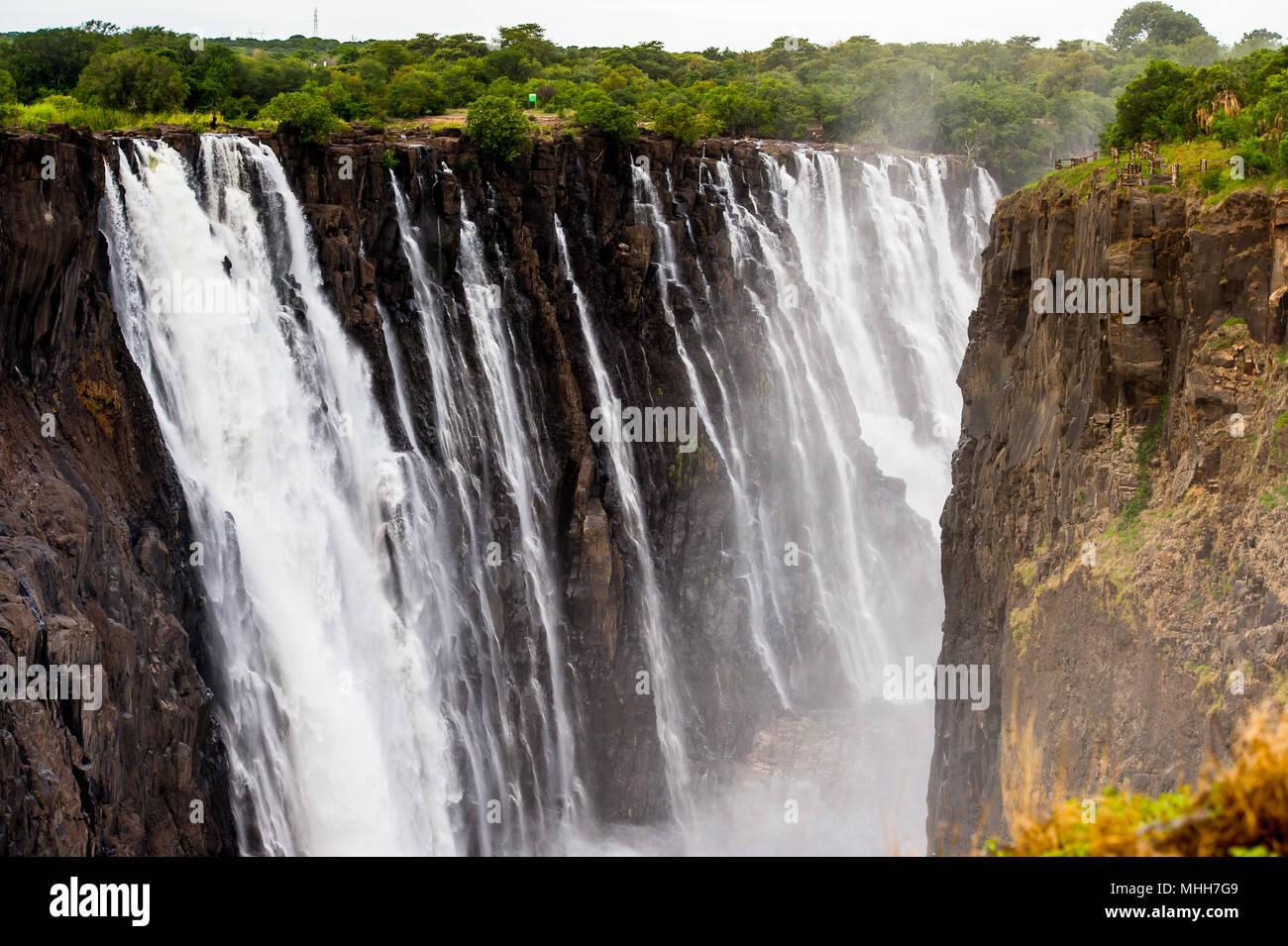 Vue panoramique des chutes Victoria, le Zambèze, le Zimbabwe et la Zambie Photo Stock