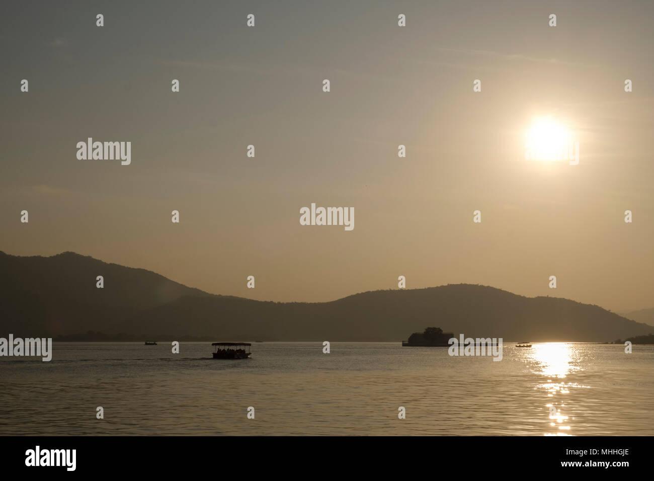 Coucher de soleil sur le lac Pichola, Udaipur, également connu comme la ville des lacs, la Venise de l'Orient, est la capitale historique du royaume de Mewar, Rajasthan. Banque D'Images