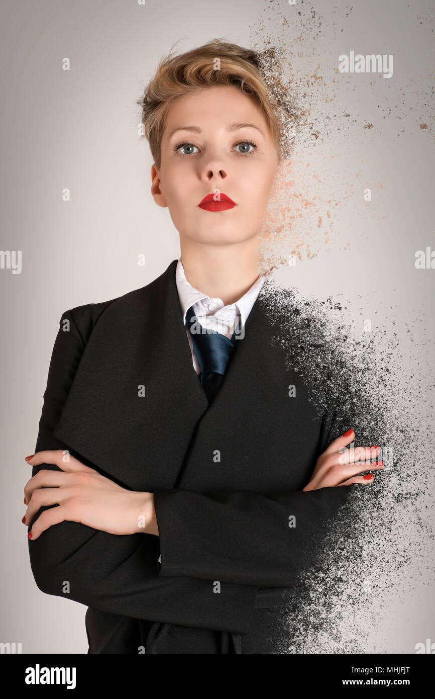 Calme et sérieux d'affaires blonde femme en costume noir avec effet de dispersion. La maîtrise de soi, sang-froid, stress, émotions cachées et patience concept Photo Stock