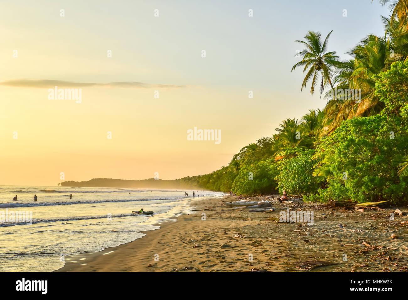 Coucher du soleil à Paradise beach à Uvita, Costa Rica - belles plages et la forêt tropicale à la côte pacifique du Costa Rica - travel destination dans une centrale Banque D'Images