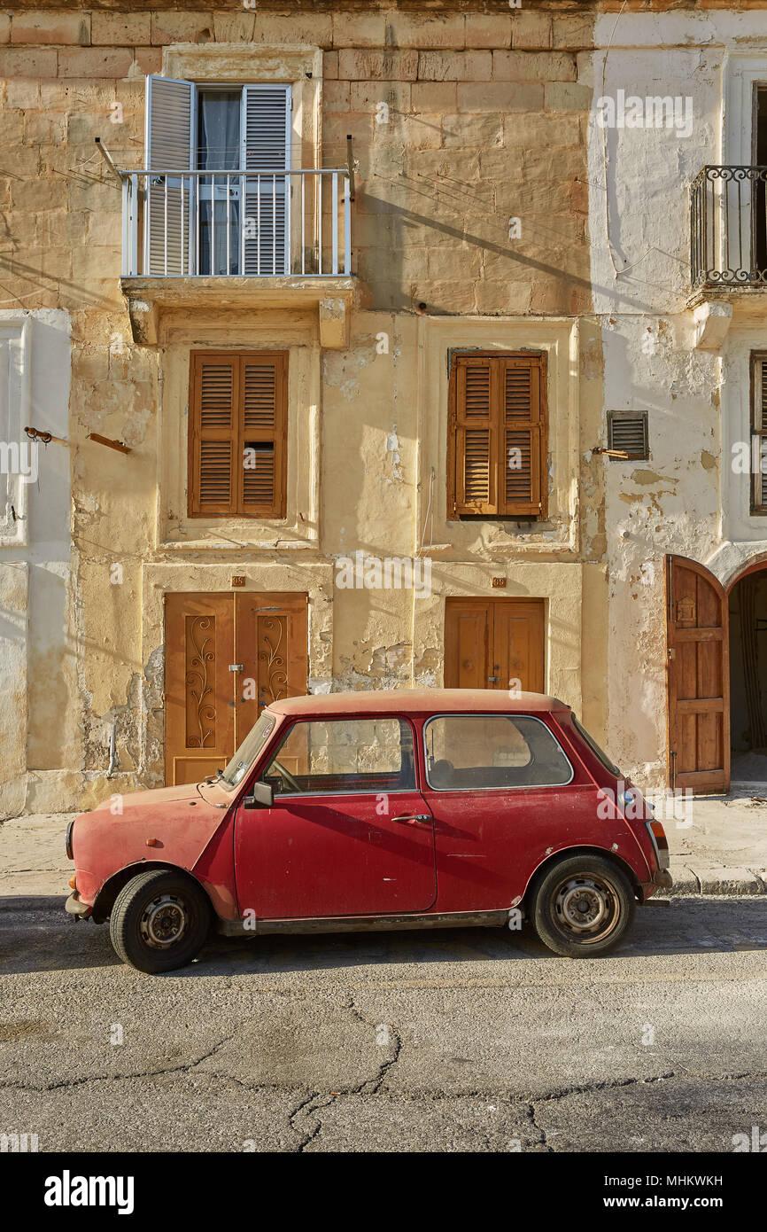 La Valette, MALTE - 30 octobre 2017: Old vintage voiture devant maison traditionnelle typique de La Valette à Malte. Photo Stock