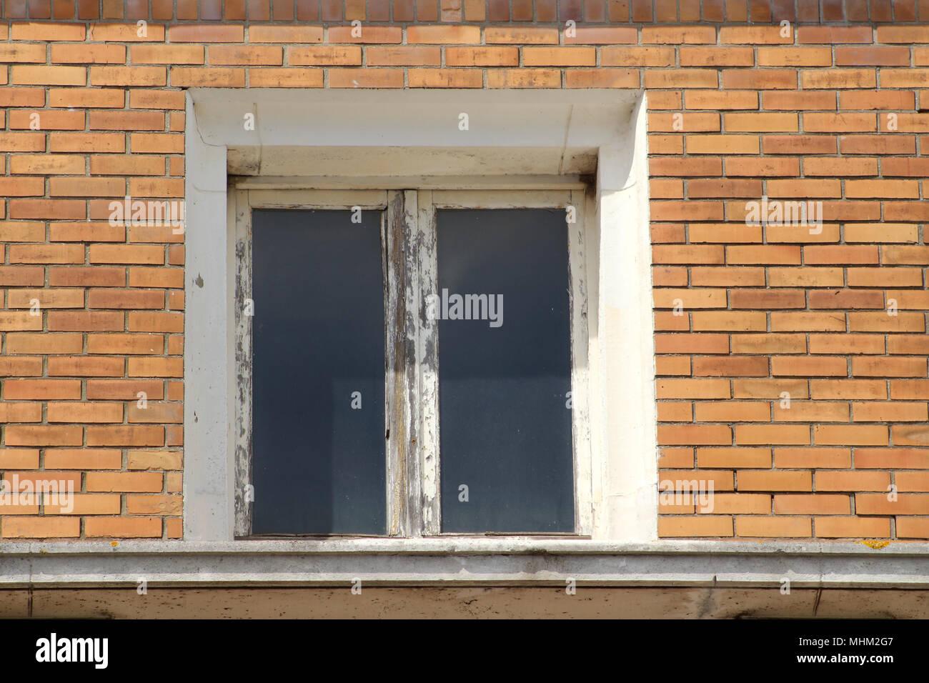 Renovation Fenetre Maison Ancienne une ancienne fenêtre avec cadre en bois qui a besoin d'une