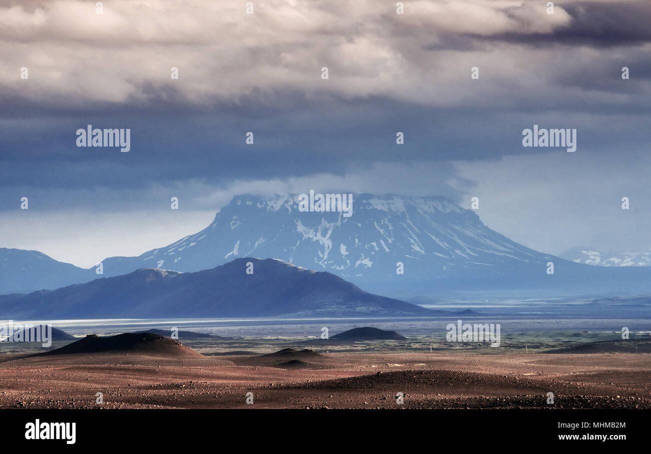 Magnifique paysage de montagne en Islande avec volcan en arrière-plan Banque D'Images