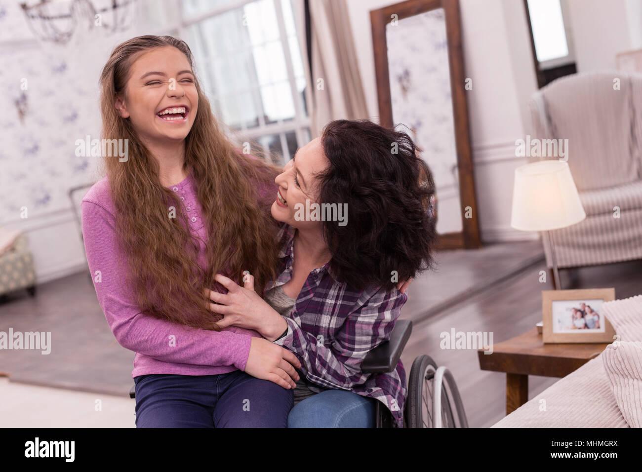 Mobilité jovial Femme et fille raconter des blagues Photo Stock