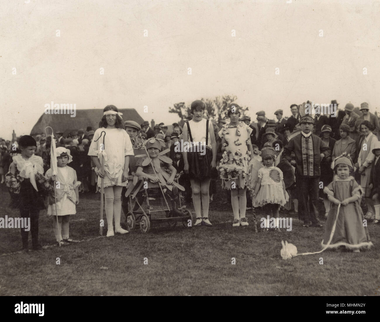 Un groupe d enfants forme et taille de la queue pour une photographie pour  montrer 460b0bb56d6