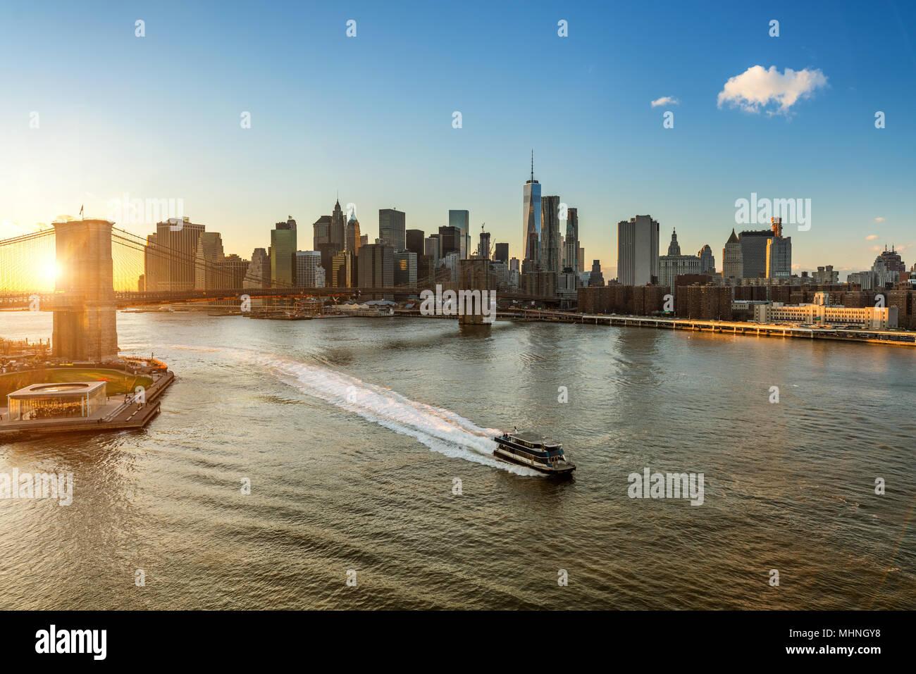Pont de Brooklyn et Manhattan au coucher du soleil Photo Stock